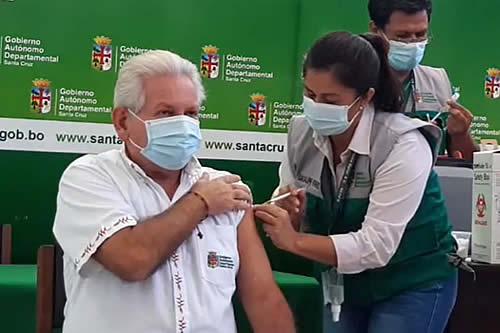 Rubén Costas, su esposa y autoridades del Sedes reciben la vacuna