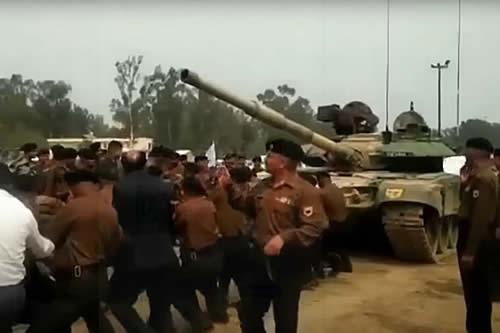 Un puñado de soldados de la India remolcan a mano un tanque T-90S
