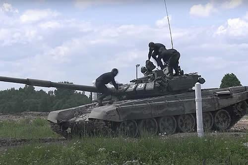 Tanques rusos adscritos a la Flota del Báltico destruyen objetivos en movimiento