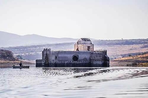 Una iglesia histórica emerge de las aguas de una presa a causa de la sequía en México