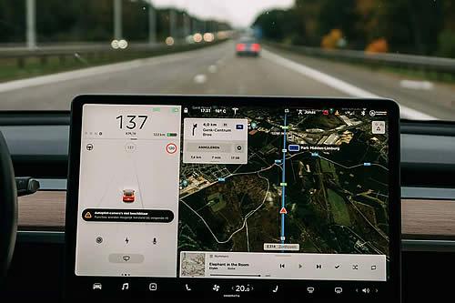 El MIT descubre que el piloto automático de Tesla distrae a los conductores