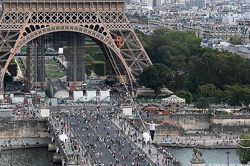 Un equilibrista cruzó de la torre Eiffel al teatro Chaillot