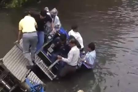 El alcalde que más 'se moja': prueba una nueva máquina y casi se ahoga