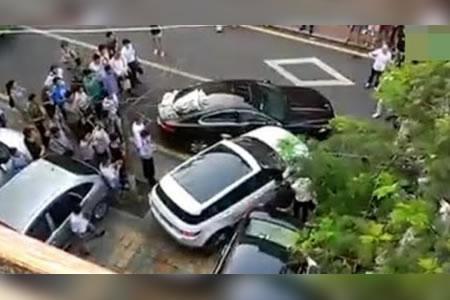 La dueña de un Land Rover destroza un Jaguar mal aparcado que obstruía su salida