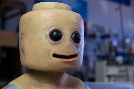 ¿Alguna vez se han preguntado cómo se vería una figura de LEGO con piel humana?