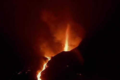Nuevos ríos de lava fluyen tras el derrumbe del flanco norte del volcán Cumbre Vieja, en La Palma