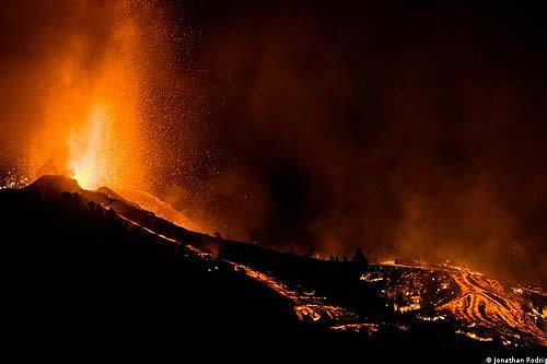 Volcán destruye casas y cultivos en La Palma de Canarias